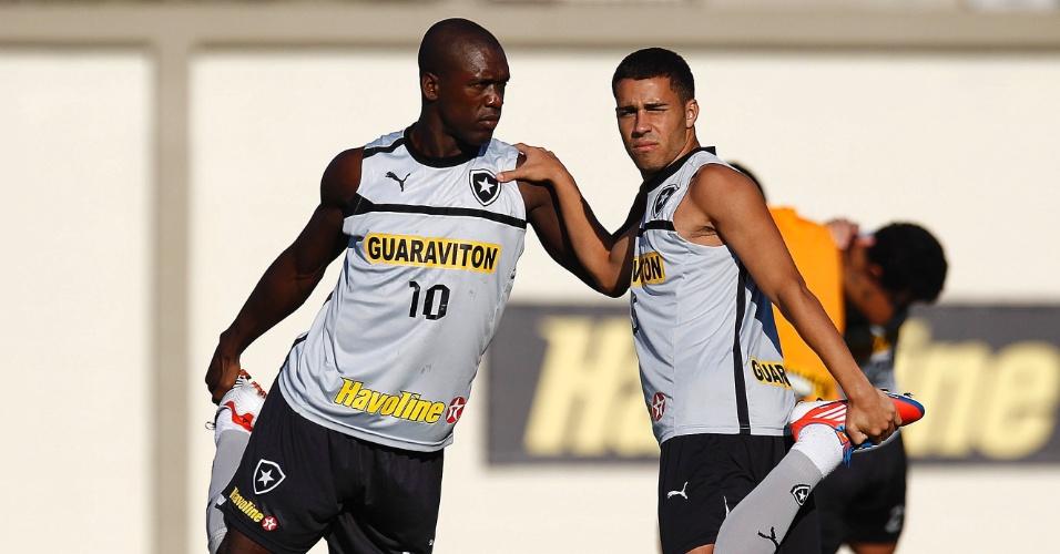 Ao lado de Seedorf, Gabriel se alonga antes de treinamento do Botafogo no Engenhão