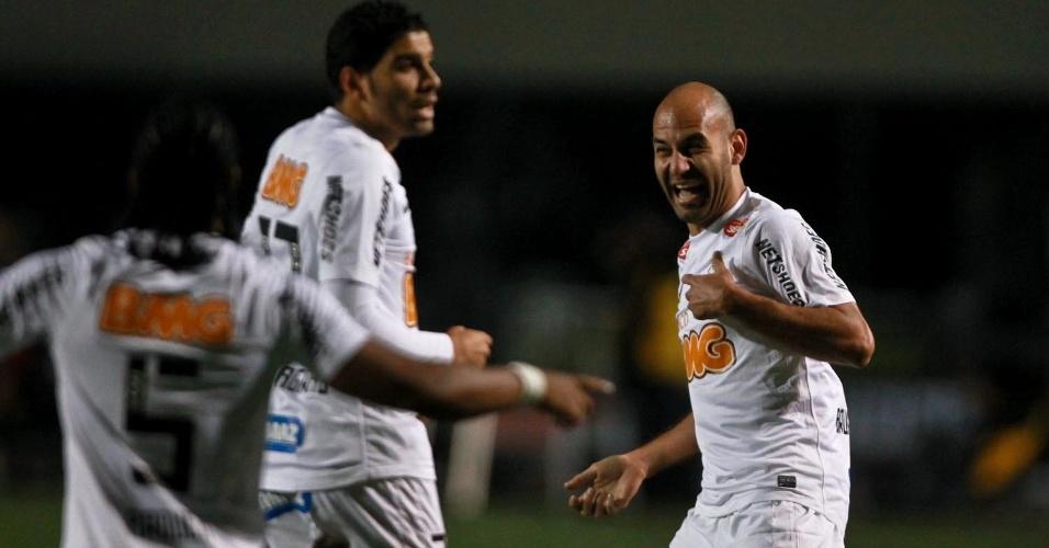 Bruno Rodrigo comemora com companheiros do Santos após fazer o segundo gol da equipe na decisão da Recopa Sul-Americana contra a Universidad de Chile