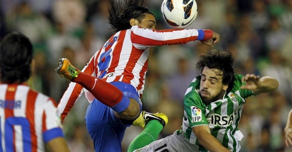 Falcão García, do Atlético de Madri, disputa a bola com Etxebarría, do Real Betis, pelo Campeonato Espanhol