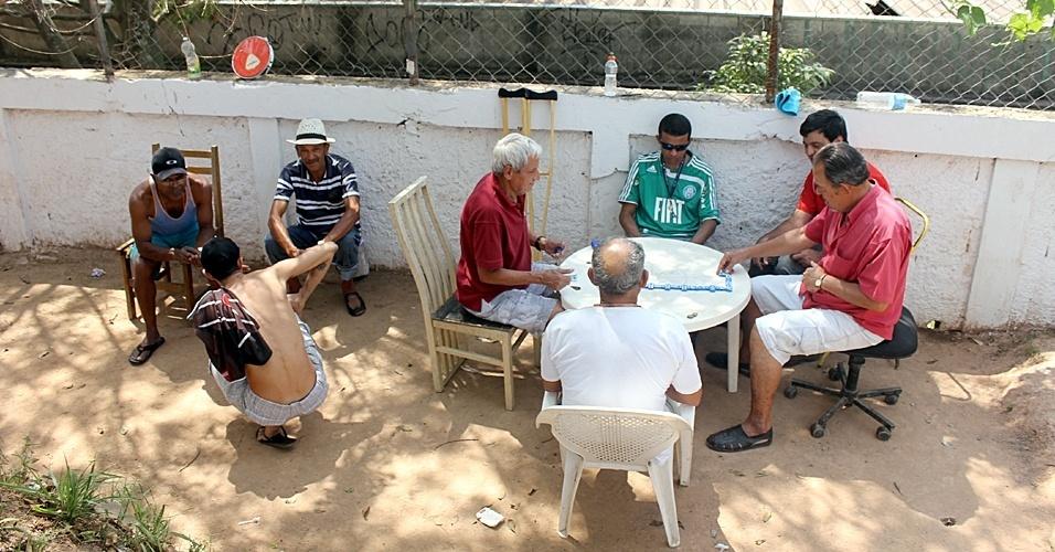 Jogo de domino na beira do campo no CDC Augustinho Vieira