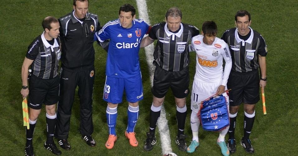 José Rojas e Neymar, capitães de Universidad de Chile e Santos, respectivamente, posam ao lado do trio de arbitragem no jogo de volta da decisão da Recopa Sul-Americana