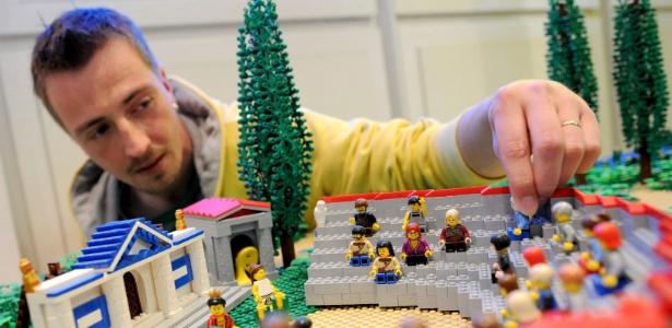 """O artista Rene Hoffmeister mostra a reprodução que fez de um anfiteatro grego para a exposição """"Viagem ao Tempo de Lego"""", do museu Helms de Hamburgo, Alemanha (25/9/12) - Angelika Warmuth/EFE"""
