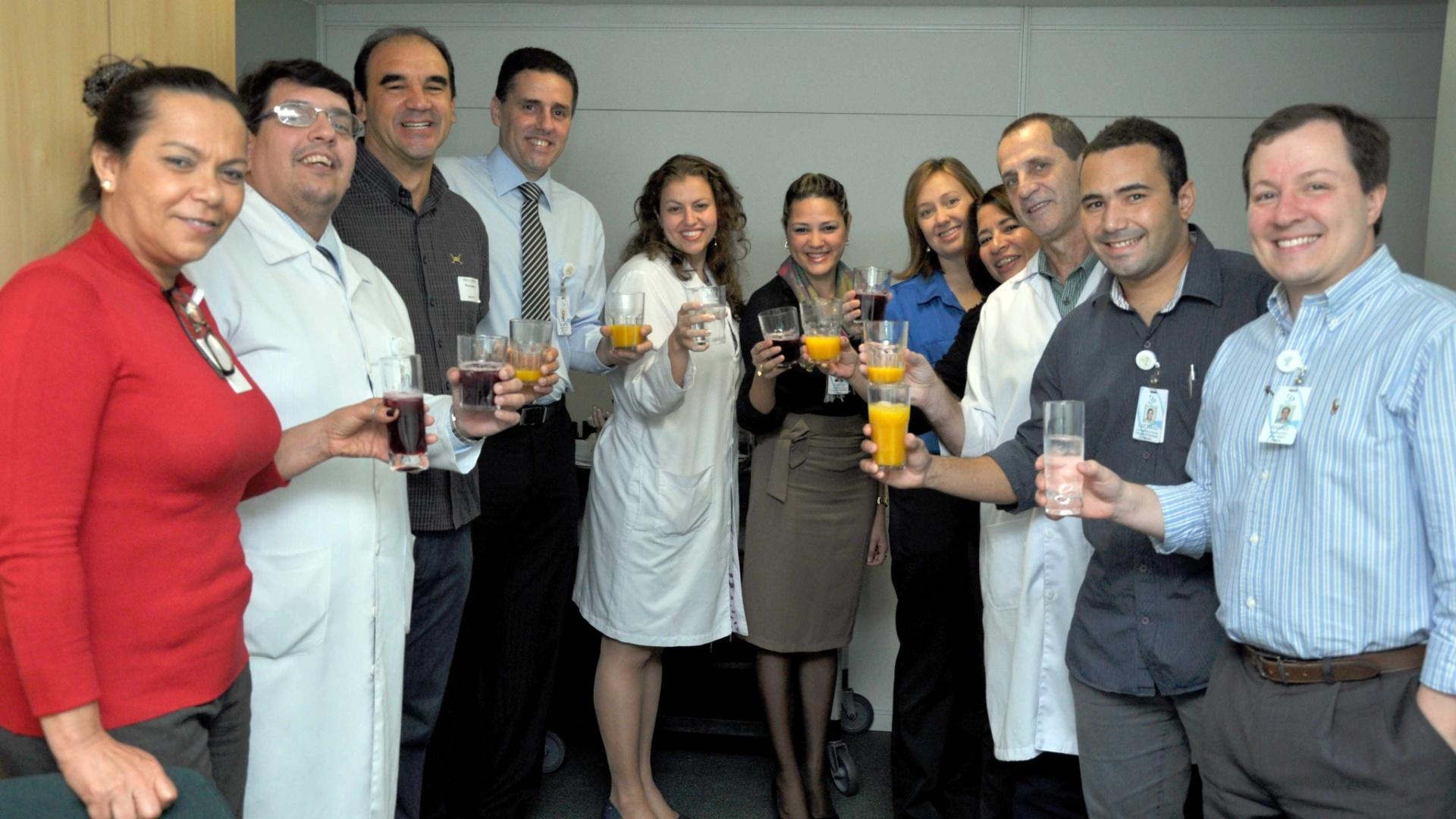 Ricardo Gomes participa de brinde com a equipe do Hospital Pasteur durante visita