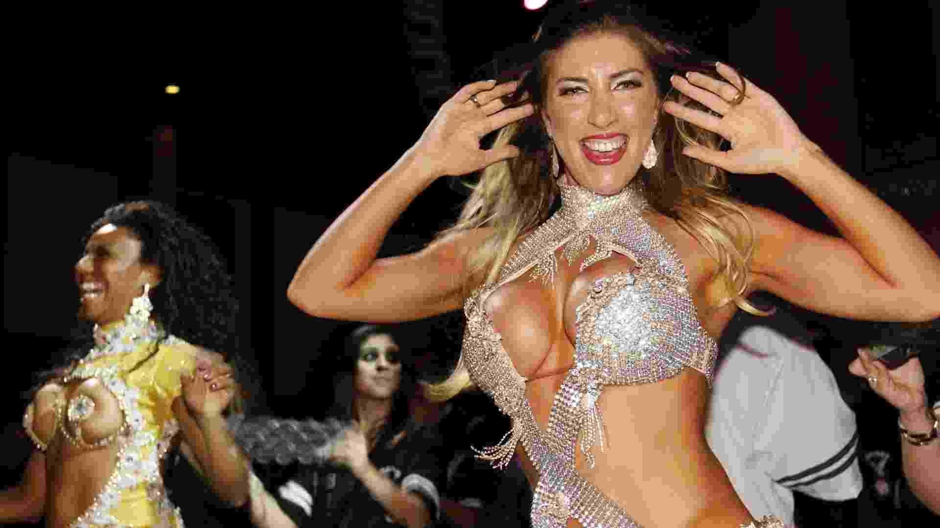Tatiane Minerato, a rainha da bateria da Gaviões da Fiel, dança no evento em São Paulo (25/9/12) - Danilo Carvalho/Agnews