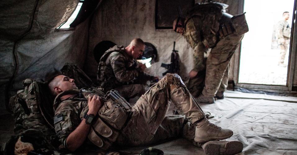 27.set.2012 - 27.set.2012 - Soldados afegãos dormem após treinamento militar em Bad Pakh, no Afeganistão. Após os recentes ataques de forças afegãs contra soldados e fuzileiros navais ocidentais, conselheiros militares americanos são extremamente cautelosos ao preparar o país para lutar por conta própria