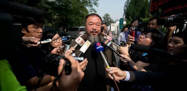 Ai Weiwei, dissidente e artista chinês responde a perguntas de jornalistas estrangeiros do lado de fora de um tribunal em Pequim, na China, nesta quinta-feira (27/9/12) - Ed Jones/AFP