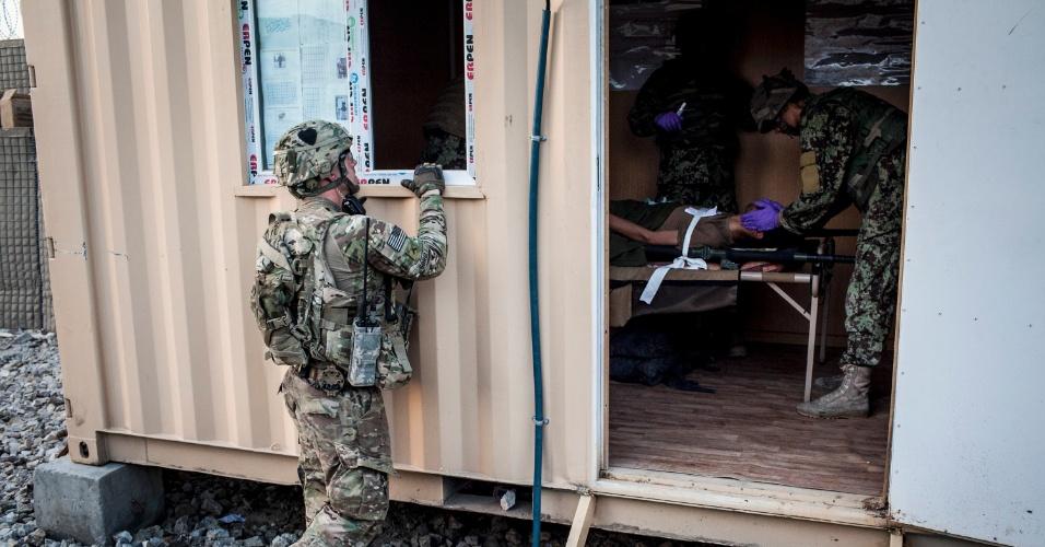 27.set.2012 - Assessor do Exército dos Estados Unidos observa médico do Exército Nacional afegão atender vítima durante treinamento em Bad Pakh, Afeganistão. Após os recentes ataques de forças afegãs contra soldados e fuzileiros navais ocidentais, conselheiros militares americanos são extremamente cautelosos ao preparar o país para lutar por conta própria