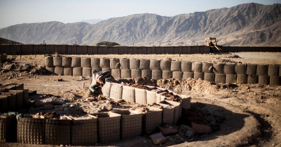27.set.2012 - Barreiras são construídas em base militar para treinamento de soldados afegãos em Bad Pakh, no Afeganistão. Após os recentes ataques de forças afegãs contra soldados e fuzileiros navais ocidentais, conselheiros militares americanos são extremamente cautelosos ao preparar o país para lutar por conta própria