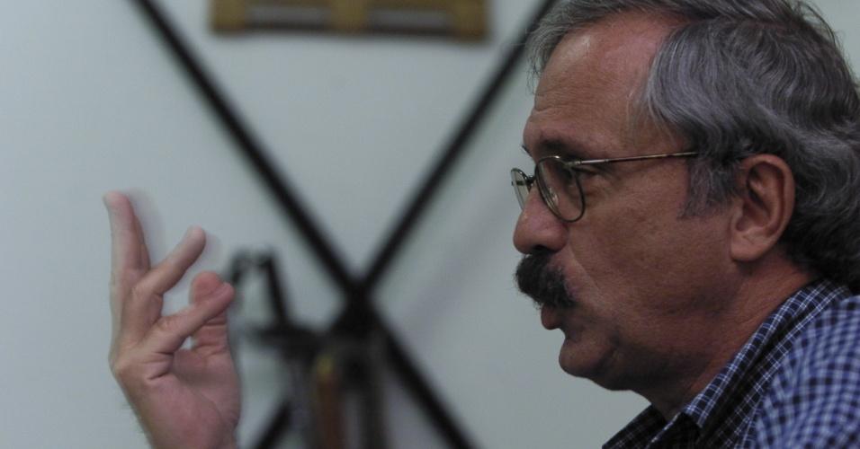 Coronel Ubiratan Guimarães concede entrevista em 2001. Ele chefiou a operação policial que em 1992 deixou 111 presos mortos durante ação para suprimir uma rebelião na Casa de Detenção de São Paulo, no Carandiru. Ele morreu em 2006, vítima de assassinato. A principal suspeita é a advogada Carla Cepollina, que mantinha relacionamento o coronel. Cepollina aguarda julgamento