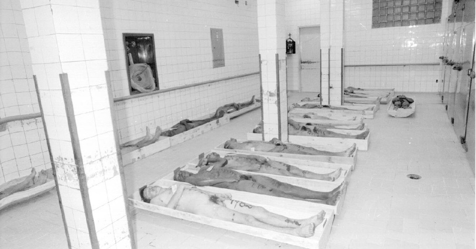 Corpos de presos mortos no massacre do Carandiru são enfileirados em sala do IML (Instituto Médico Legal) em outubro de 1992. O Tribunal de Justiça de São Paulo marcou o julgamento do caso para o dia 28 de janeiro de 2013, quando 28 réus serão julgados sobre a ação policial que resultou em 111 mortes