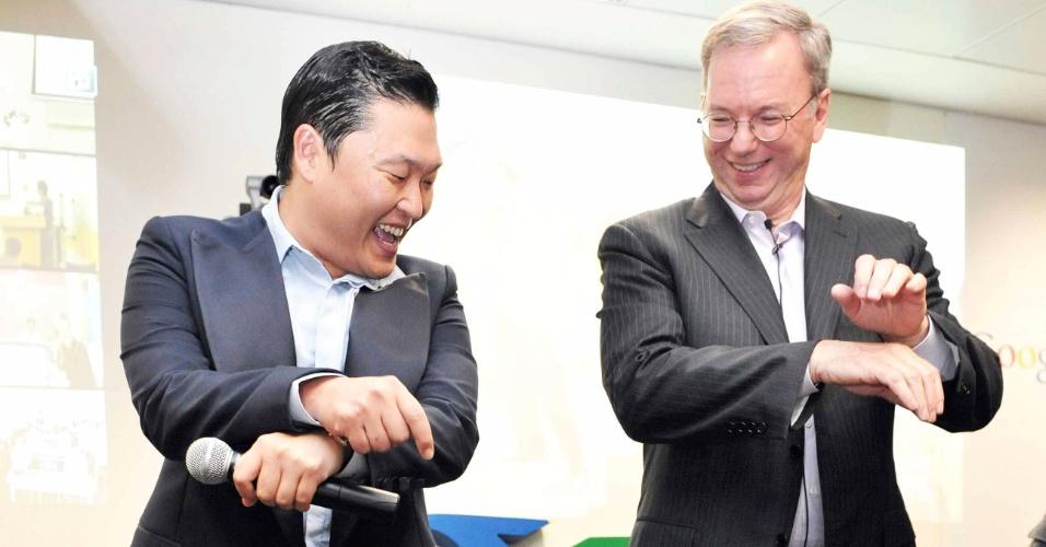 27.set.2012 - Eric Schmidt (direita), presidente do Google, dança a música
