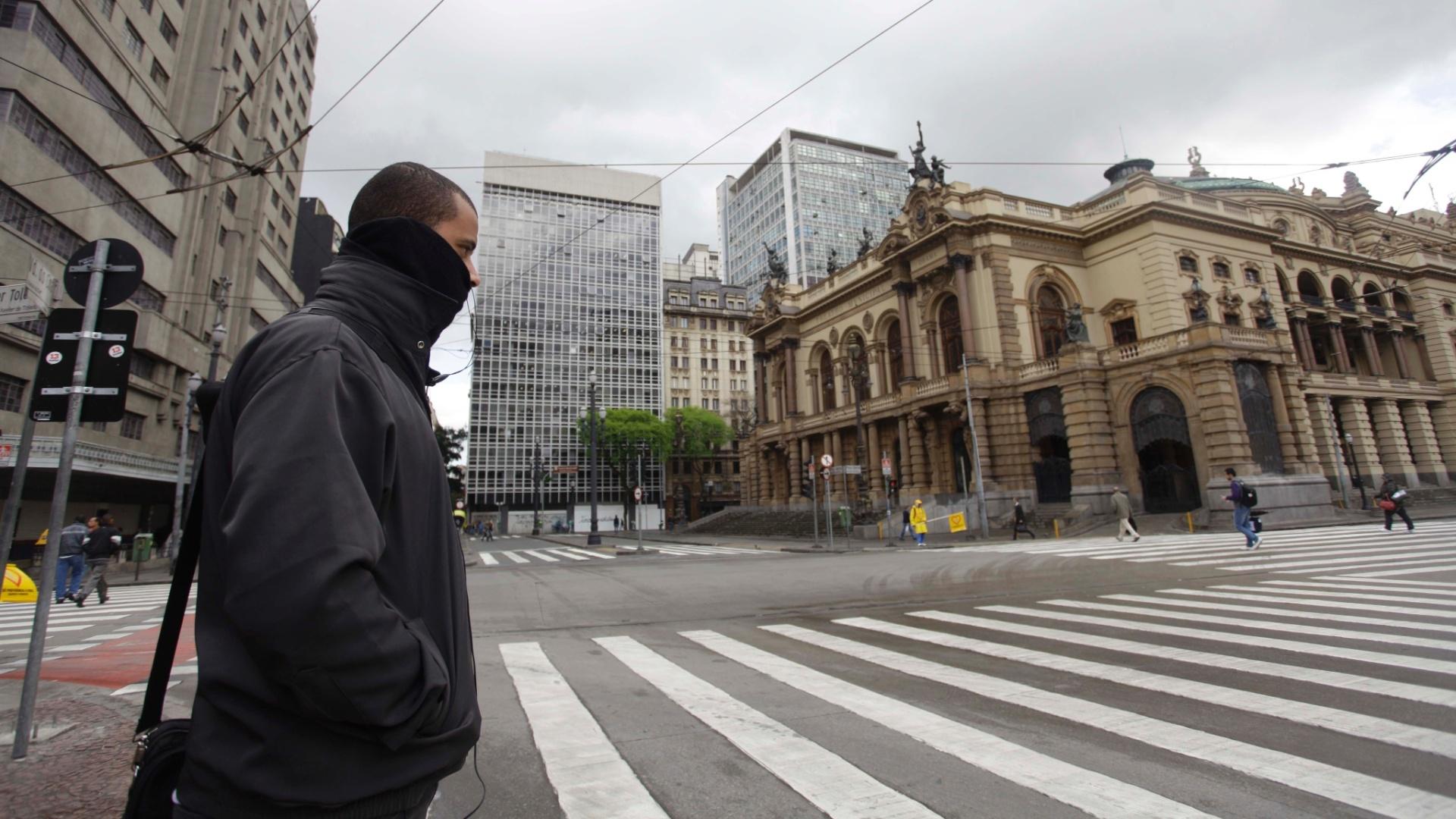 27.set.2012 - Homem se protege de frio que atinge o centro de São Paulo. Nas primeiras horas do dia, a capital paulista teve a menor temperatura do ano.Termômetros marcaram 8,7°C na zona norte da cidade.