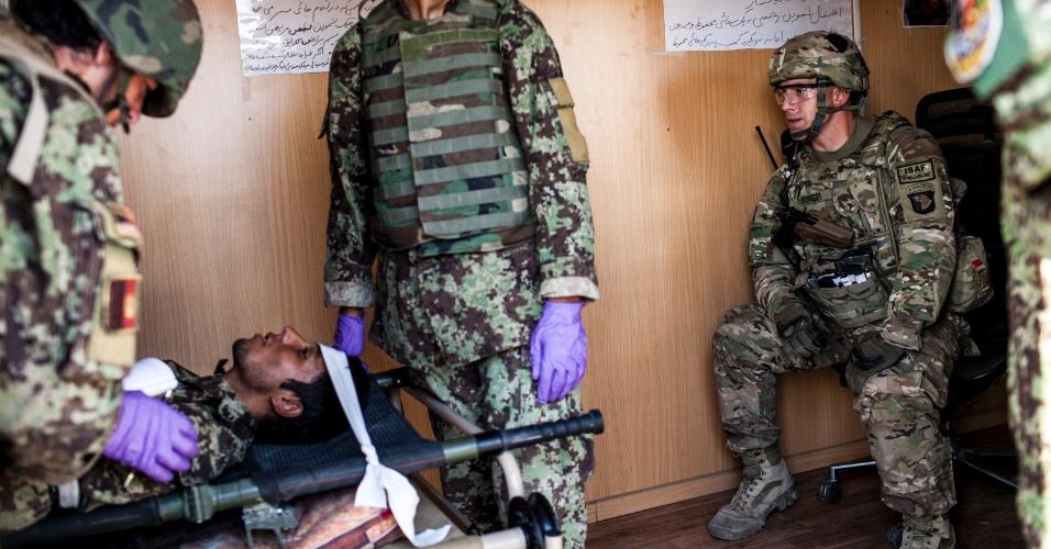 27.set.2012 - Médicos do Exército Nacional afegão participam de treinamento em Bad Pakh, Afeganistão. Após os recentes ataques de forças afegãs contra soldados e fuzileiros navais ocidentais, conselheiros militares americanos são extremamente cautelosos ao preparar o país para lutar por conta própria