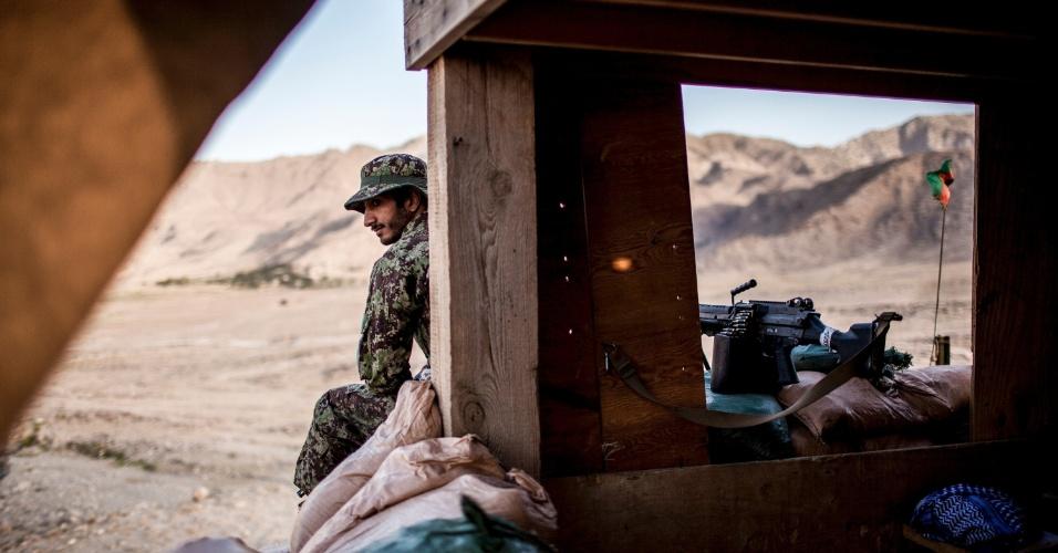 27.set.2012 - Membro do Exército Nacional afegão patrulha base militar em Bad Pakh, Afeganistão. Após os recentes ataques de forças afegãs contra soldados e fuzileiros navais ocidentais, conselheiros militares americanos são extremamente cautelosos ao preparar o país para lutar por conta própria