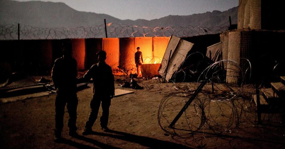 27.set.2012 - Membros do Exército Nacional afegão montam guarda na base militar de Bad Pakh, Afeganistão. Após os recentes ataques de forças afegãs contra soldados e fuzileiros navais ocidentais, conselheiros militares americanos são extremamente cautelosos ao preparar o país para lutar por conta própria