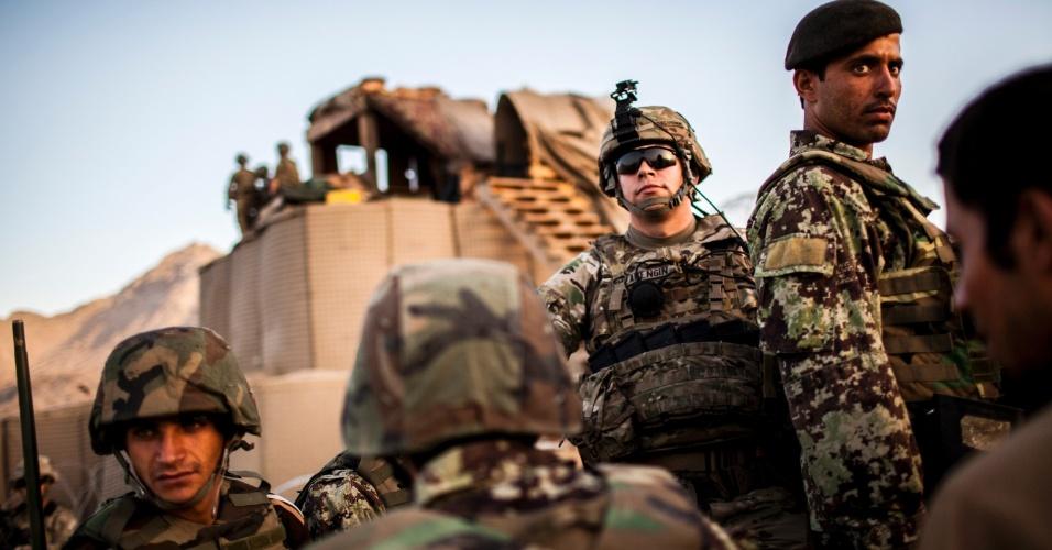 27.set.2012 - Membros do Exército Nacional afegão participam de treinamento com exército norte-americano em Bad Pakh, Afeganistão. Após os recentes ataques de forças afegãs contra soldados e fuzileiros navais ocidentais, conselheiros militares americanos são extremamente cautelosos ao preparar o país para lutar por conta própria