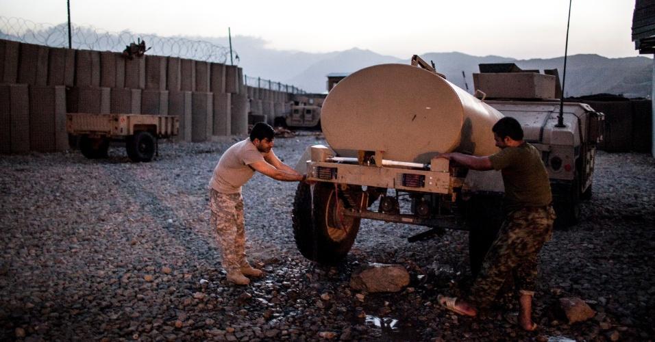 27.set.2012 - Membros do Exército Nacional afegão se lavam antes da tradicional oração em Bad Pakh, Afeganistão. Após os recentes ataques de forças afegãs contra soldados e fuzileiros navais ocidentais, conselheiros militares americanos são extremamente cautelosos ao preparar o país para lutar por conta própria