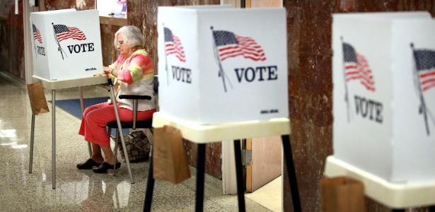 Mulher preenche o seu voto no estado de Iowa, nos EUA