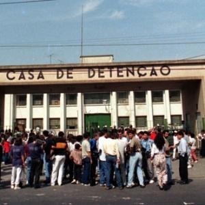 Pessoas se aglomeram em frente à Casa de Detenção de São Paulo, três dias após a operação policial que suprimiu uma rebelião no presídio