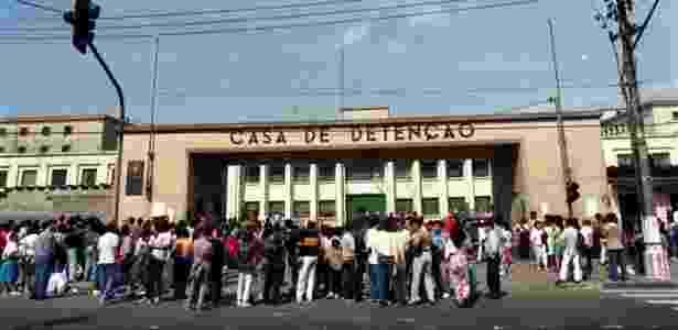 Pessoas se aglomeram em frente à Casa de Detenção de São Paulo, no Carandiru, três dias após operação policial que deixou 111 presos mortos - Luiz Novaes/Folhapress