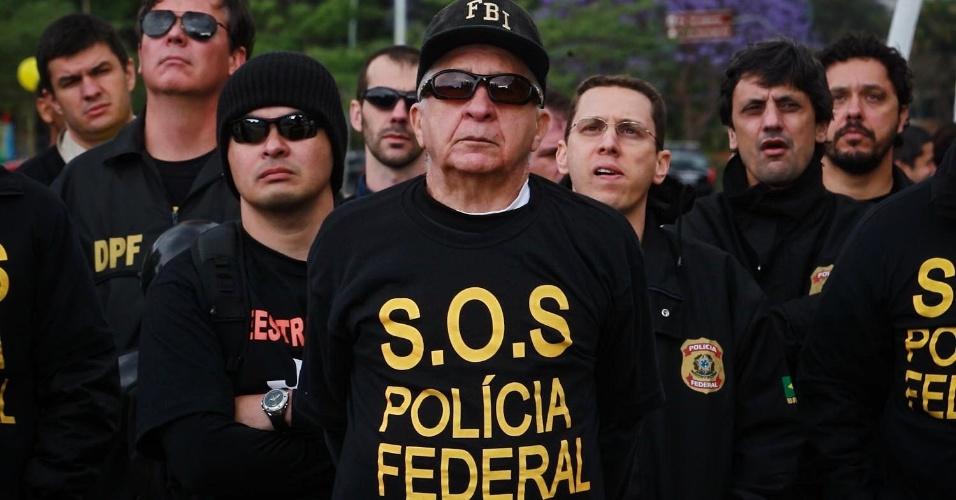 27.set.2012 - Policiais federais em greve participam de manifestação da categoria no Monumento às Bandeiras, em São Paulo. Os policiais estão parados desde o dia 7 de agosto
