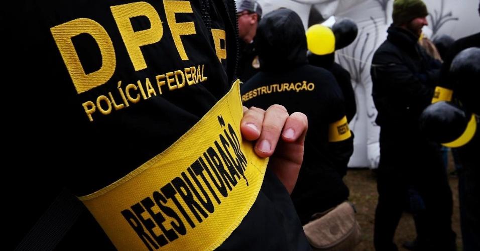 27.set.2012 - Policial federal exibe faixa no braço durante manifestação no Monumento às Bandeiras, em São Paulo. Os policiais federais estão em greve desde o dia 7 de agosto