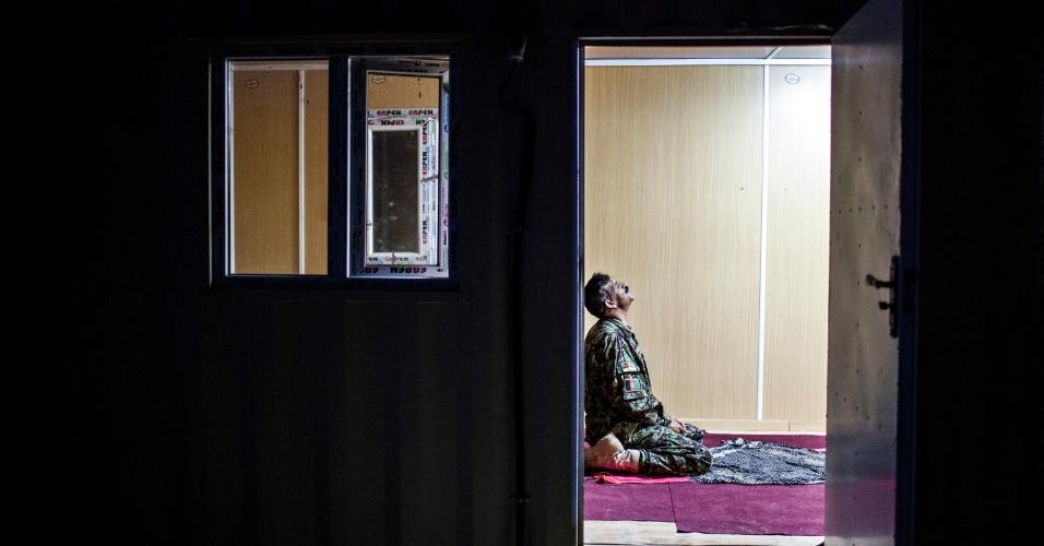 27.set.2012 - Soldado afegão reza antes de treinamento militar em Bad Pakh, no Afeganistão. Após os recentes ataques de forças afegãs contra soldados e fuzileiros navais ocidentais, conselheiros militares americanos são extremamente cautelosos ao preparar o país para lutar por conta própria