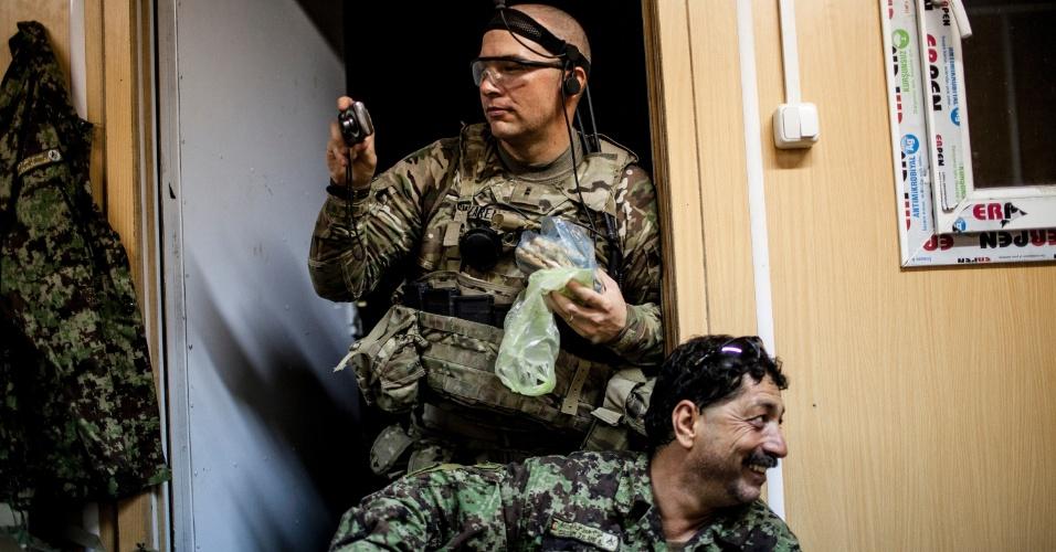 27.set.2012 - Soldado norte-americano tira foto durante treinamento com membros do Exército Nacional afegão em Bad Pakh, Afeganistão. Após os recentes ataques de forças afegãs contra soldados e fuzileiros navais ocidentais, conselheiros militares americanos são extremamente cautelosos ao preparar o país para lutar por conta própria