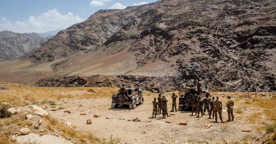 27.set.2012 - Soldados afegãos são treinados por Força Armada norte-americana em Bad Pakh, no Afeganistão. Após os recentes ataques de forças afegãs contra soldados e fuzileiros navais ocidentais, conselheiros militares americanos são extremamente cautelosos ao preparar o país para lutar por conta própria