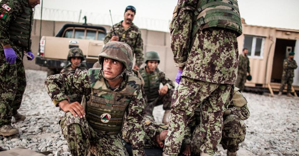 27.set.2012 - Soldados afegãos se preparam para participar de treinamento militar em Bad Pakh, no Afeganistão. Após os recentes ataques de forças afegãs contra soldados e fuzileiros navais ocidentais, conselheiros militares americanos são extremamente cautelosos ao preparar o país para lutar por conta própria