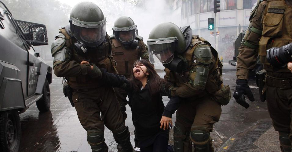 27.set.2012 - Uma nova marcha, realizada antes das discussões sobre o Orçamento de 2013, provocou protestos e confrontos entre estudantes e policiais em Santiago, no Chile, nesta quinta-feira (27)