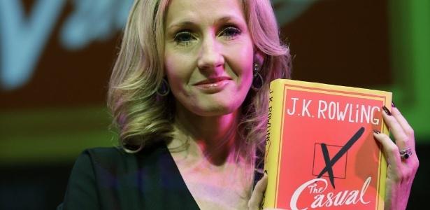 """A autora britânica J.K. Rowling apresenta seu novo livro """"The Casual Vacancy"""" no SouthBank Centre, em Londres (27/9/12) - AP Photo/Lefteris Pitarakis"""