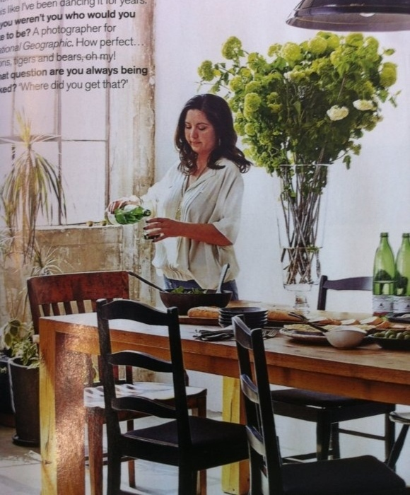 A edição de outubro da revista Living Etc, a mulher aparece atrás da mesa. Mas cadê as pernas?