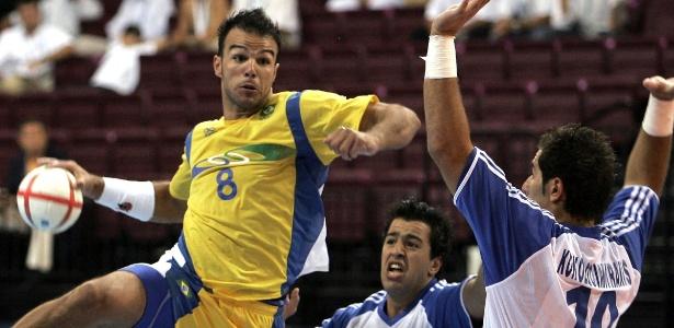 Bruno Souza em ação nos Jogos Olímpicos de Atenas-2004, contra a Grécia - AFP PHOTO / Maxim MARMUR