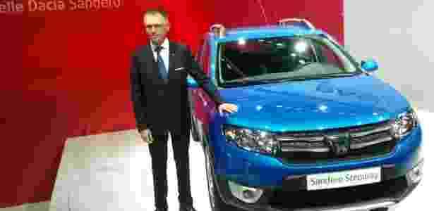 Carlos Tavares, presidente da Dacia, ao lado da segunda geração do Sandero Stepway  - Claudio Luis de Souza/UOL