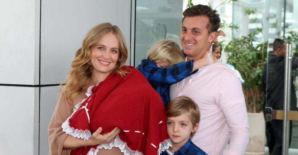 Com a recém-nascida Eva nos braços, Angélica posa para fotos com o marido Luciano Huck e os filhos Joaquim e Benício ao deixar a maternidade, no Rio (27/9/12)