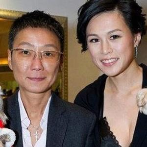 Gigi Chao (dir.) teria se casado com sua namorada há sete anos, Sean Eav (esq.) - Reprodução/Daily Telegraph