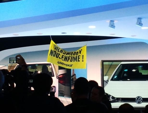 Greenpeace protesta com faixa no estande da Volkswagen no Salão de Paris: entrando pelo teto - Claudio Luis de Souza/UOL