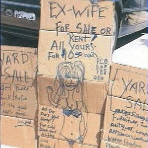 Anúncio da e ex-mulher à venda foi feito para atrair mais compradores para a liquidação que um americano fez de seus objetos usados - Reprodução/ABCNews