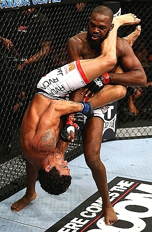 Jon Jones é pego por Vitor Belfort em uma chave de braço no UFC 152