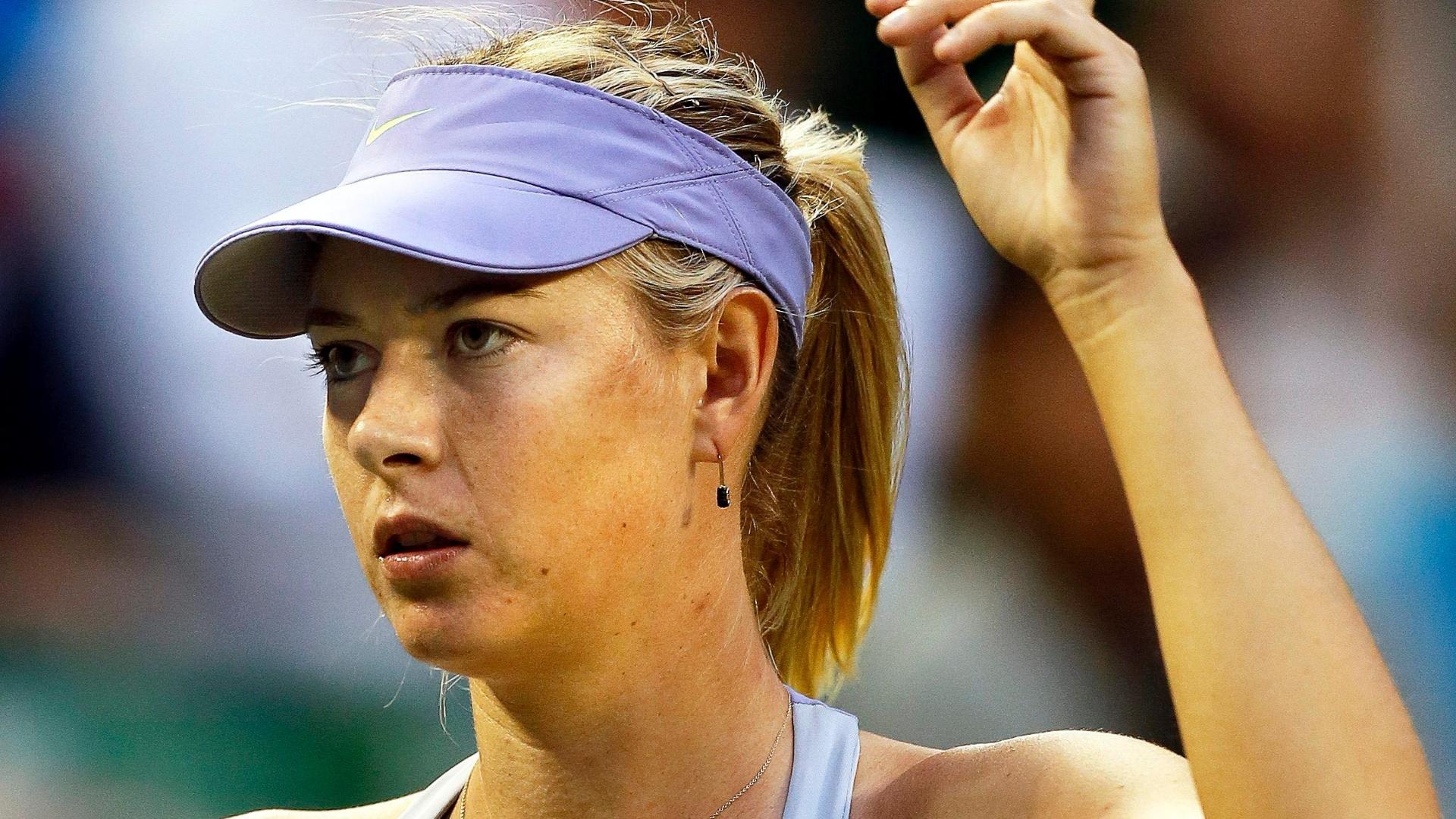 Maria Sharapova pede o desafio eletrônico durante derrota para a australiana Samantha Stosur no WTA de Tóquio