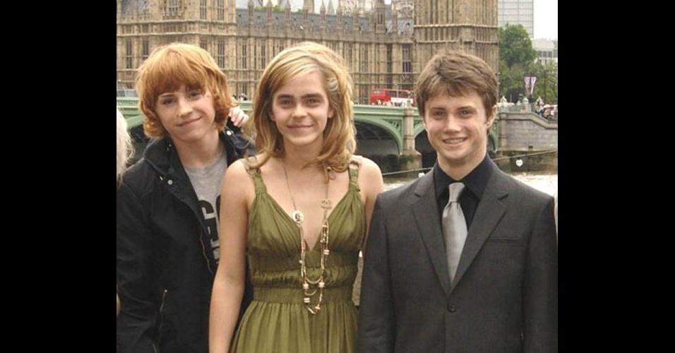 """O site """"BuzzFeed"""" reuniu fotos de celebridades que foram alteradas por usuários e publicadas no fórum """"SomethingAwful"""". As pessoas nas fotos tiveram os rostos invertidos entre elas, causando um efeito estranho. Na foto, atores da franquia """"Harry Potter"""""""
