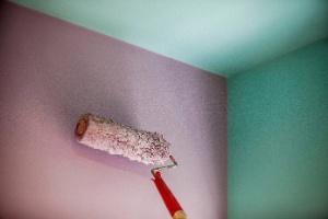 Com massa, escova e carimbo faça a pintura de parede que parece madeira - Leandro Moraes/ UOL