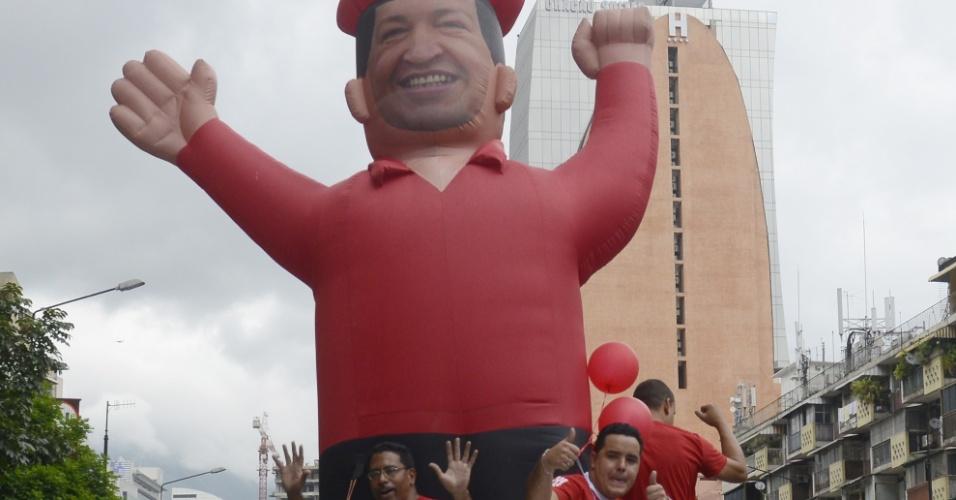28.set.2012 - Apoiadores do presidente Hugo Chávez carregam boneco do candidato à reeleição durante carreata pelas ruas de Caracas, na Venezuela