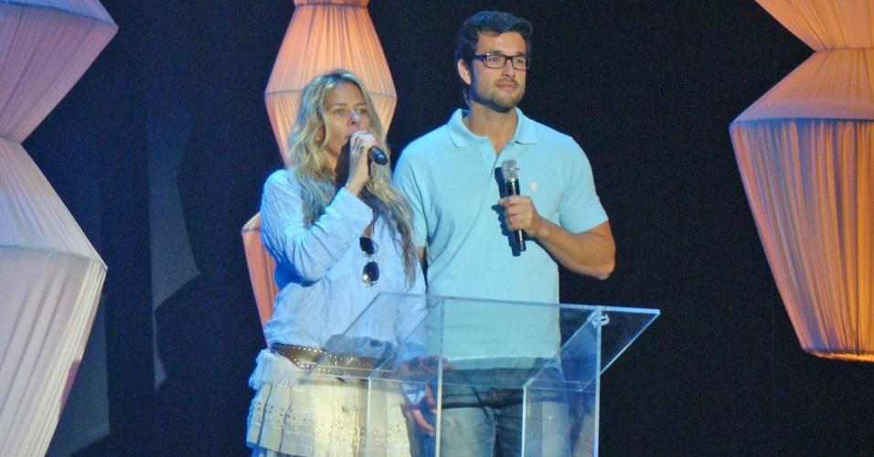 28.set.2012 - As 27 candidatas à coroa ensaiaram pela primeira vez com Adriane Galisteu e Sergio Marone, que apresentarão a final do concurso