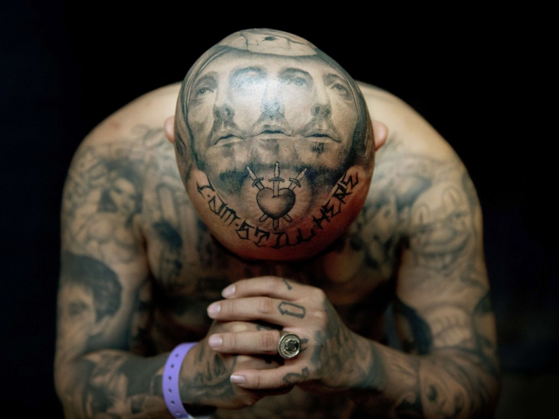"""28.set.2012 - Homem, apelidado de """"Oldies"""", posa, nesta sexta-feira (28), para exibir suas tatuagens pelo feitas pelo tatuador Josh Lin. Tatuadores famosos do mundo se reuniram em Londres para o oitavo London International Tattoo"""