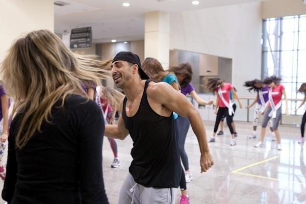 28.set.2012 - O coreógrafo americano Michael Schwandt é o responsável por deixar as belas candidatas a miss ensaiadas e tinindo para a apresentação de sábado (29), em Fortaleza