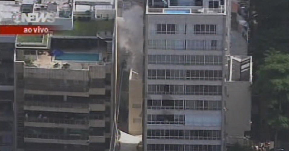 28.set.2012 - Um incêndio atinge dois apartamentos na manhã desta sexta-feira (28) no Leblon, zona sul do Rio de Janeiro. De acordo com o Corpo de Bombeiros, o fogo começou por volta das 7h50 no edifício