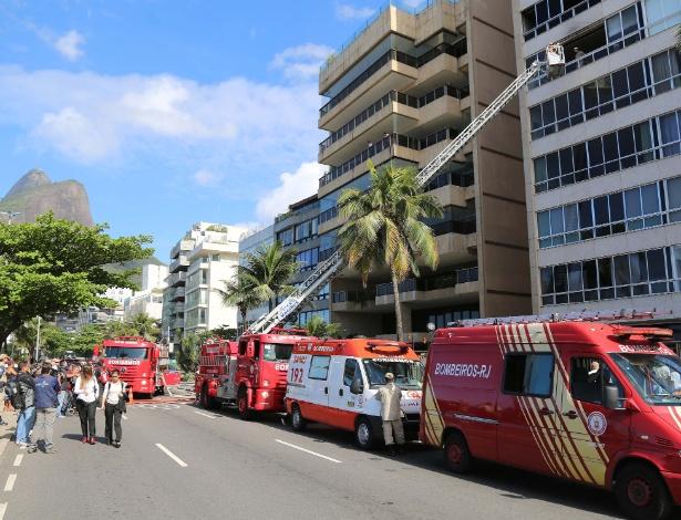 28.set.2012 - Um incêndio atinge dois apartamentos na manhã desta sexta-feira (28) no Leblon, zona sul do Rio de Janeiro. De acordo com o Corpo de Bombeiros, o fogo começou por volta das 7h50 no edifício. Na foto, carro dos bombeiros estacionam em frente ao prédio