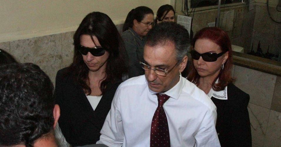 Em 2006, a advogada Carla Cepollina (à esq.), namorada do coronel da reserva da PM Ubiratan Guimarães, deixa a sede do DHPP (Departamento de Homicídios e Proteção à Pessoa), em São Paulo, após conversar informalmente com policiais. Cepollina é a principal suspeita do assassinato de Ubiratan, morto em 2006. Ela aguarda julgamento